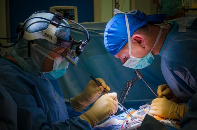 Chirurgul român Victor Costache a realizat intervenții în premieră în Tunisia