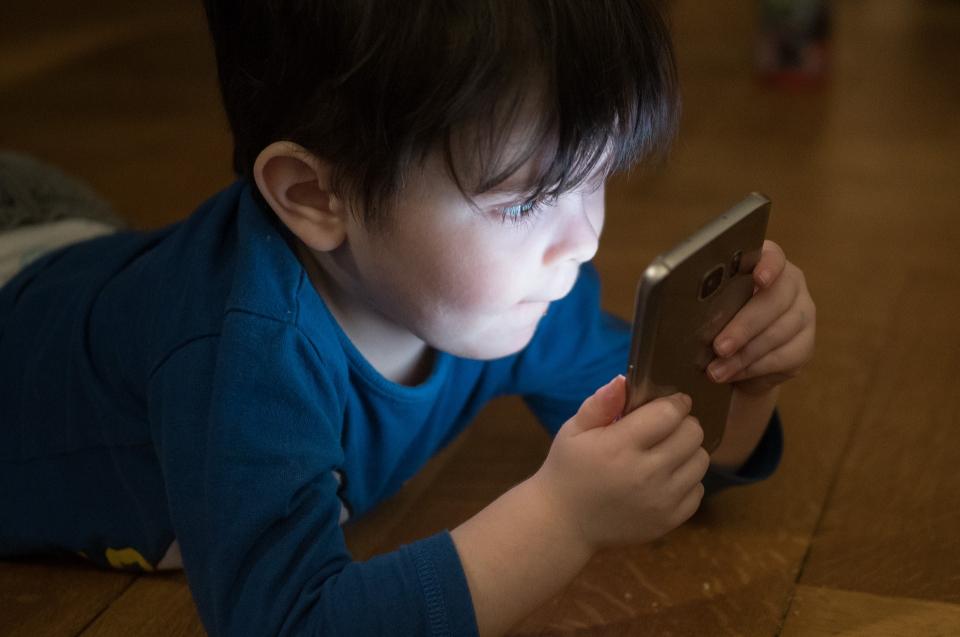 """Autismul ar putea fi semnalat cu ajutorul unei aplicații, care """"citește"""" emoțiile de e fața copilului."""