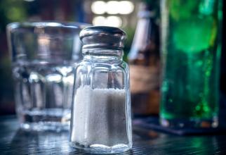 În mâncăruri, sare poate fi înlocuită și cu condimente