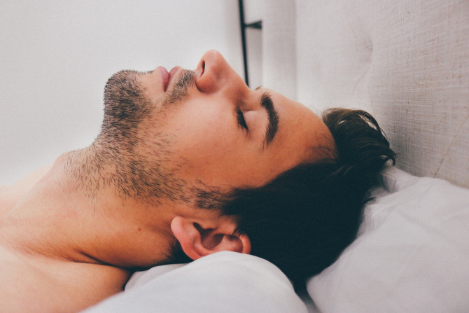 Bărbat tânăr dormind