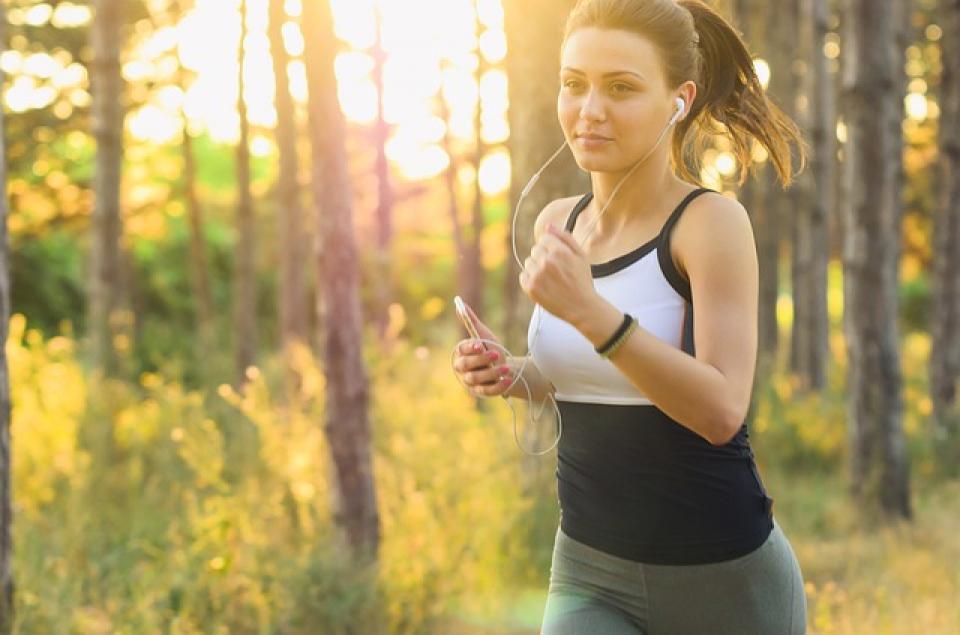 Joggingul usor sau orice alt tip de exercițiu fizic făcut zilnic, reduc riscul de a face cancer. Foto: Pixabay