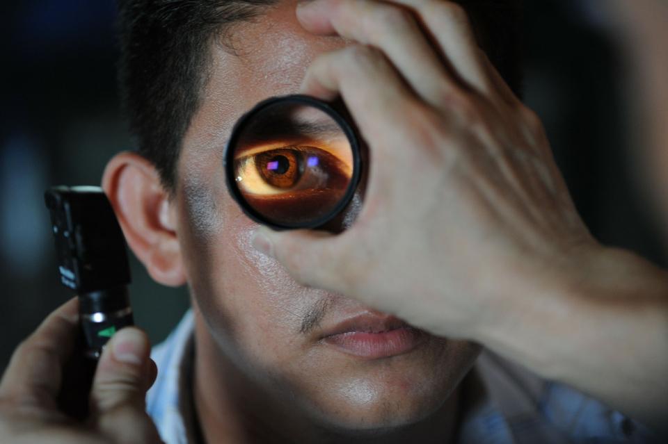Medicul oftalmolog opera fără drept