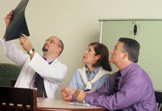 Fiecare analiză a pacientului este studiată, iar Tumor Board-ul decide cel mai bun tratament pentru bolnav