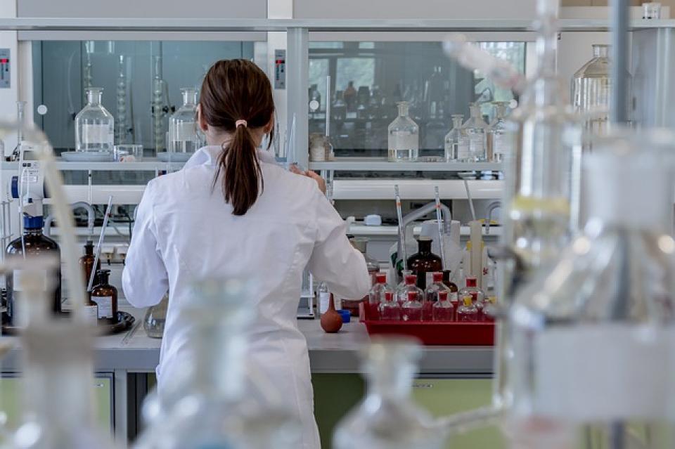 Biochimiștii, biologii și chimiștii din laboratoare vor să fie pe picior de egalitate cu medicii