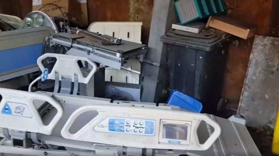 Acestea sunt paturile mobile casate, pe care Emanuel Ungureanu le-a filmat într-una din magaziile spitalului.