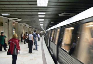 Dacă metroul este aglomerat riscul de a contacta infectii respiratorii este mai mare. Foto: Metrorex
