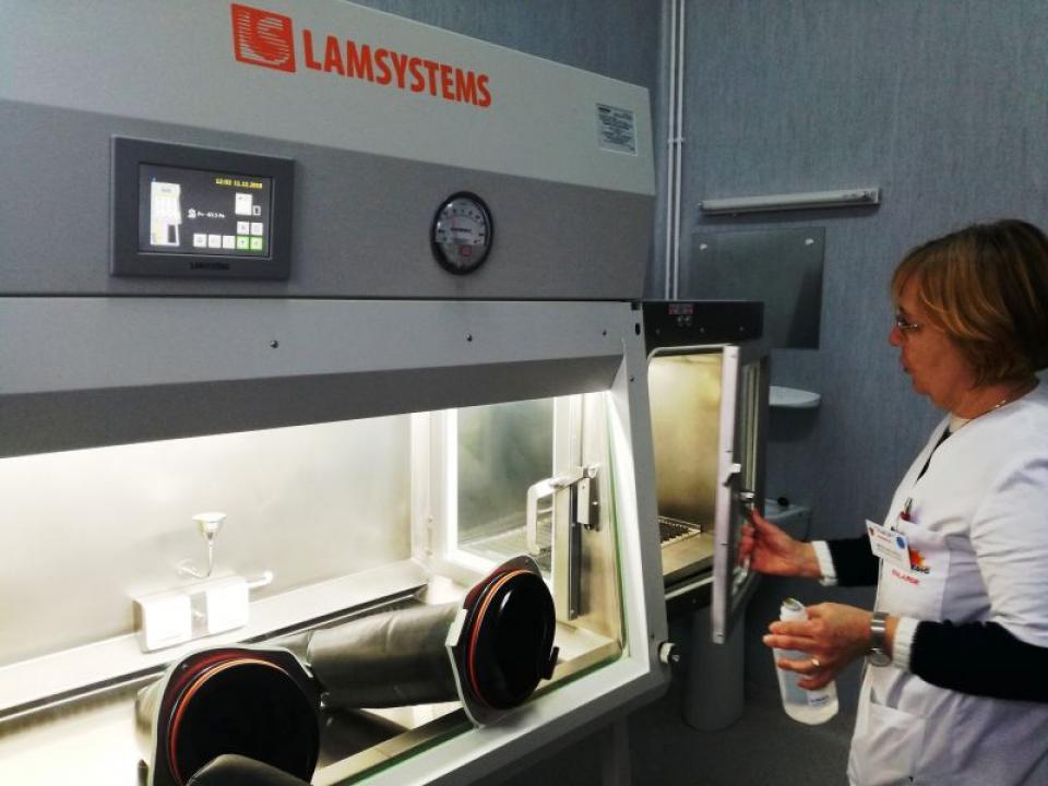 Farmacia de la Spitalul Județean Sibiu a fost dotată cu un aparat care produce soluții citostatice: foto Ora de Sibiu