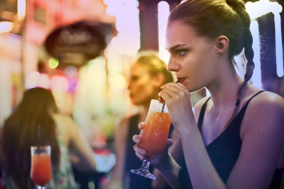 Alcoolul duce la creșterea numărului bacteriilor dăunătoare din gură