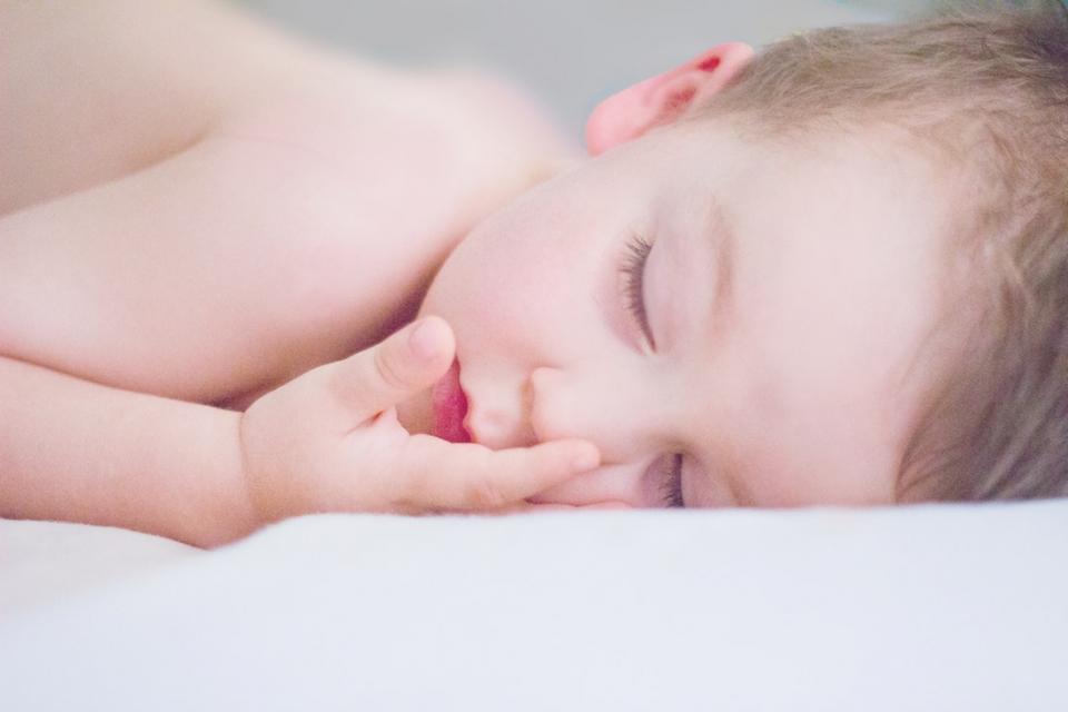 Fetița opărită pe 40% din corp are doar două luni
