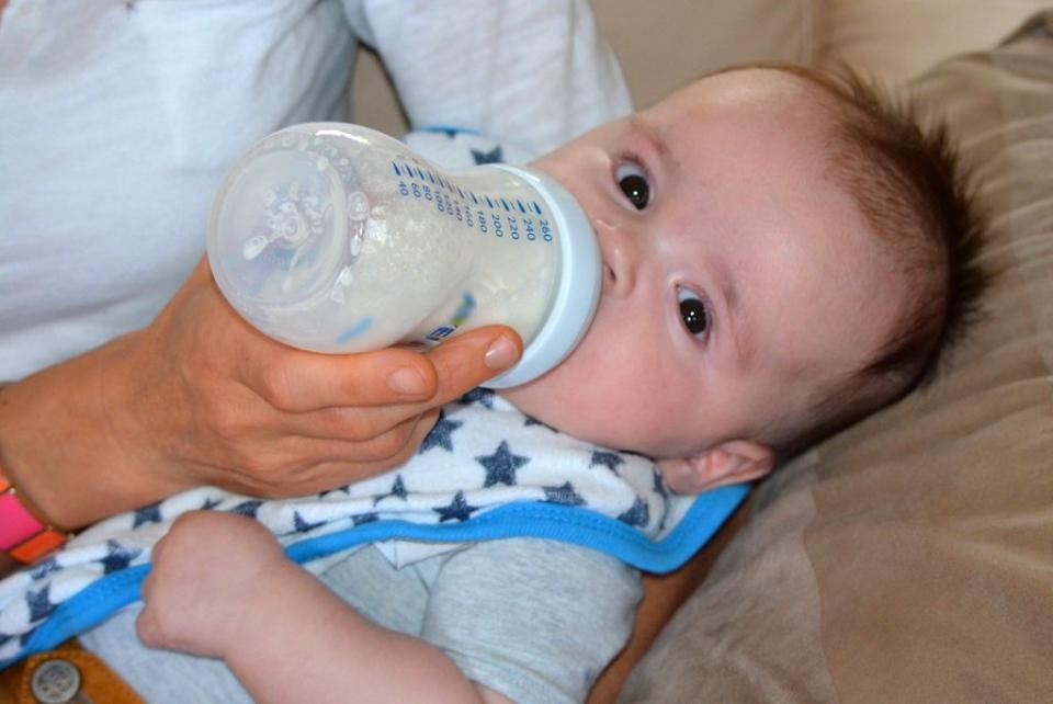 Deși hrănitoare, băuturile pentru bebeluși le ot crește riscul de a fi supraponderali sau obezi