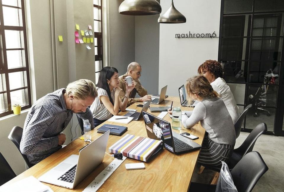 Relațiile de la locul de muncă afectează somnul angajaților