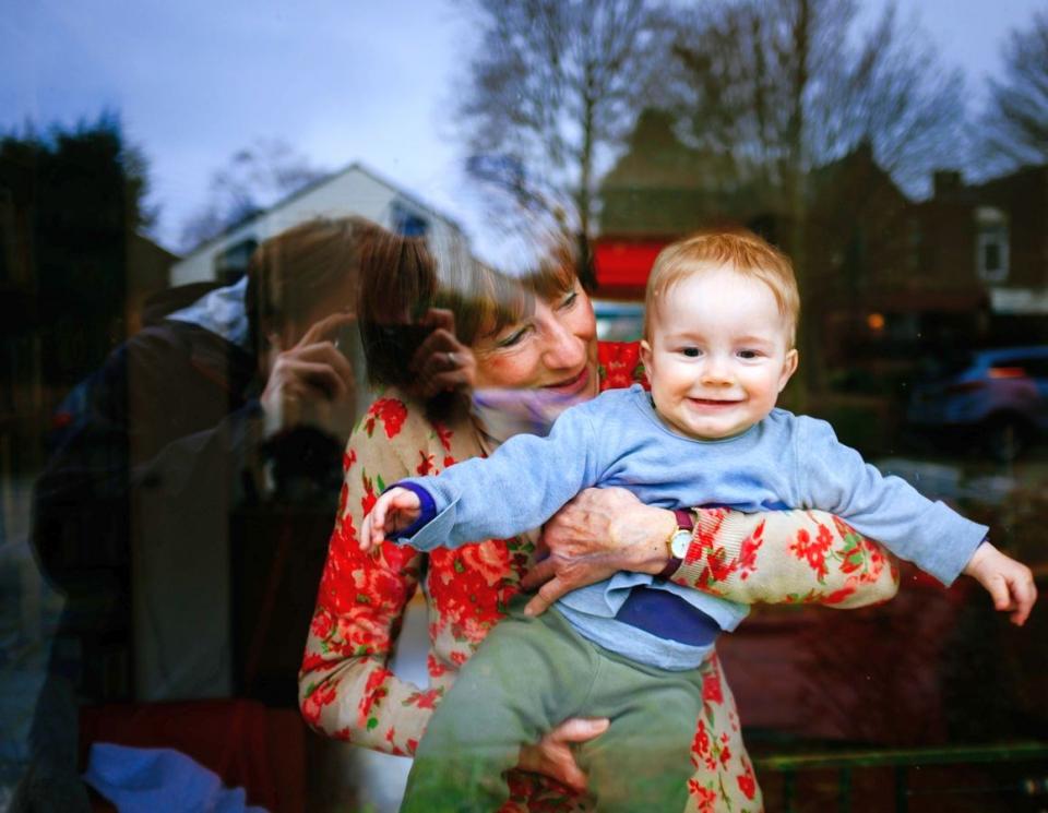 Ca să detensionezi situația, soacra băgăreață poți să o delegi să aibă grijă de nepot. Va fi foarte ocupată!