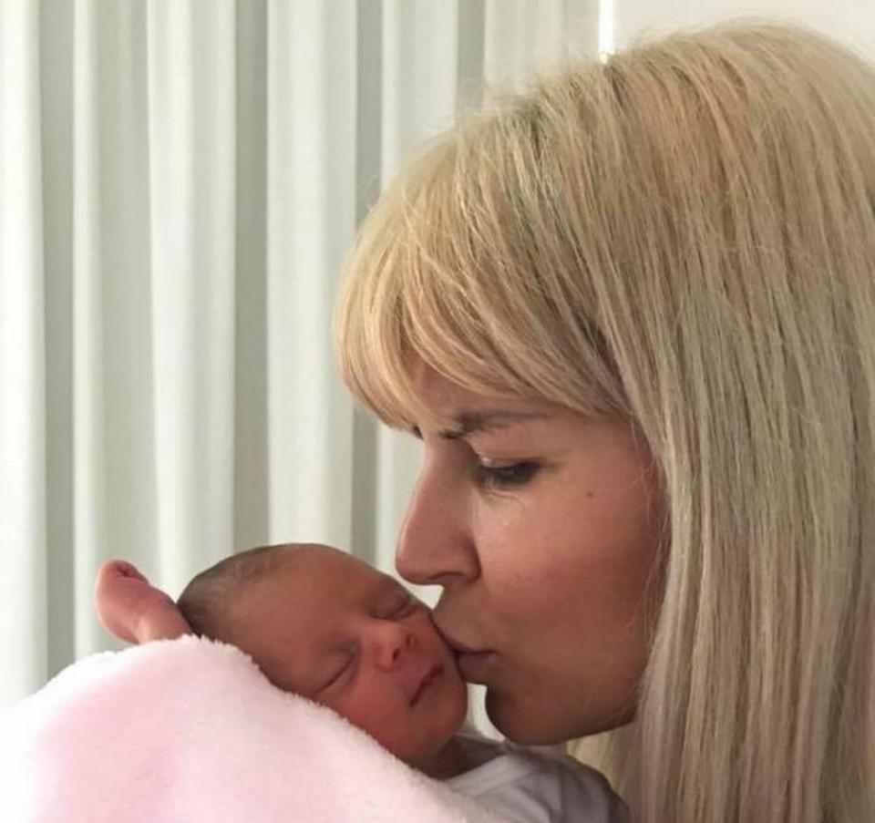 Elena Udrea și fetița ei, la câteva zile după naștere, înainte ca ea să fie încarcerată