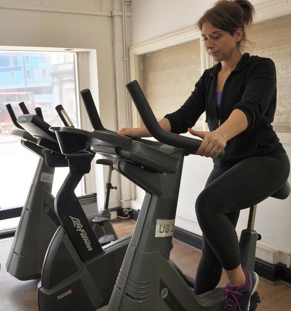 Exercițiile pe bicicleta în sală te pot ajuta să scapi de grăsimea de pe burtă