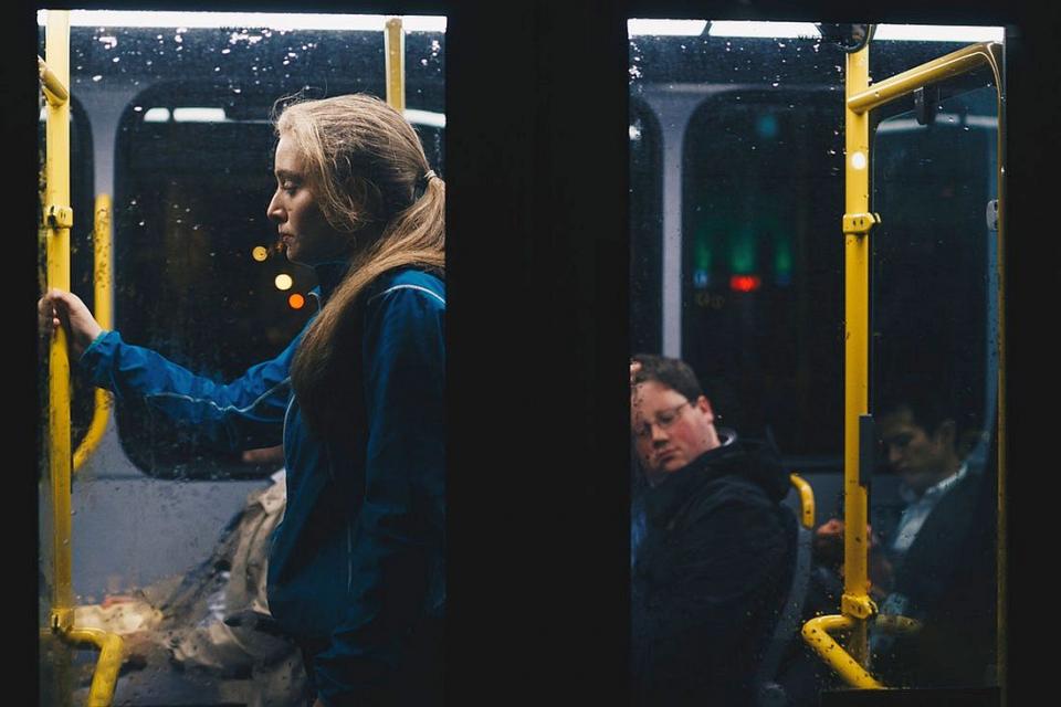 Singurătatea poate fi copleșitoare și când sunt alți oameni în jurul tău