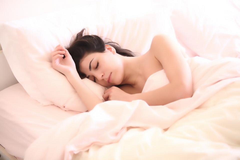 Îngrășarea și obezitatea ar putea fi legate de expunerea la lumină în timpul somnului