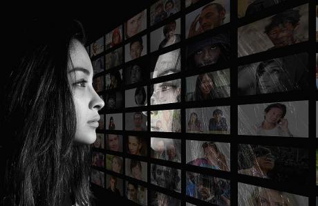 Prea mult timp pe rețelele de socializare crește riscul de depresie la adolescenți