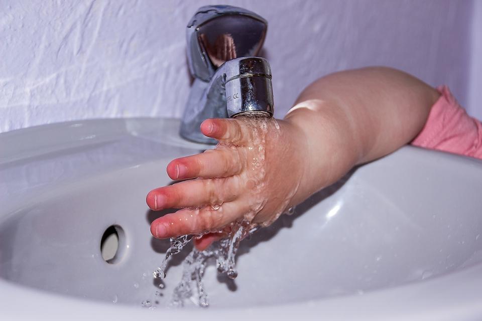 Consumul de apă redus crește riscul de obezitate