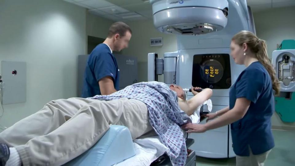 După radioterapie, anumite porțiuni de țesut normal se îngroașă progresiv cauzând durere și disfuncții