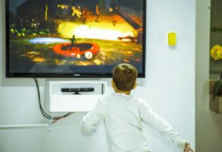 Nu lăsa copilul să stea cu orele nemișcat în fața televizorului