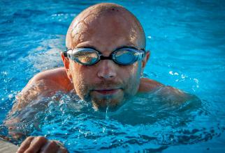 Înainte să intrii în piscină, ia măsurile de precauție