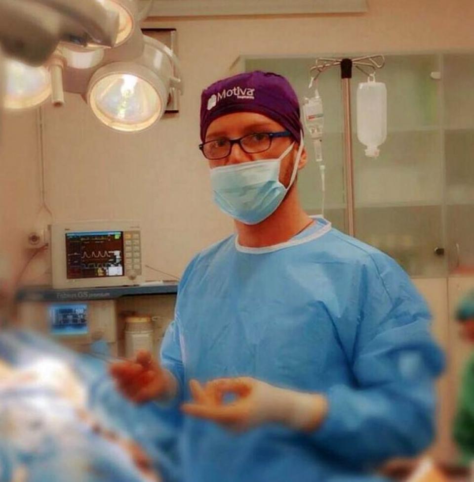 Pe pagina sa de Facebook, chirurgul Matthew Mode - Matteo Politi are numeroase poze din timpul intervențiilor chirurgicale
