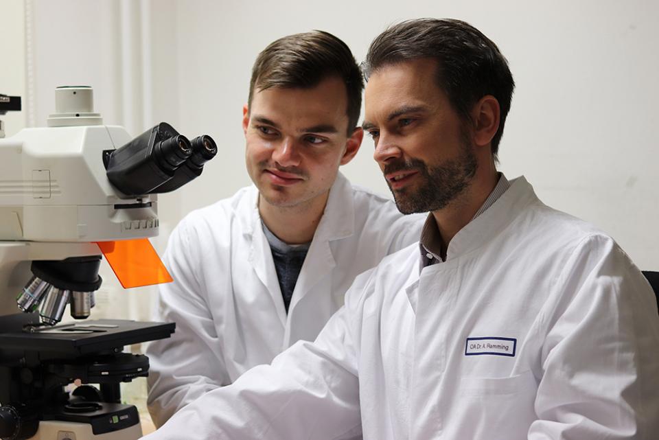 Dr Andreas Ramming (dreapta) a descoperit ca o proteina e vinovata de cicatrizarea organelor