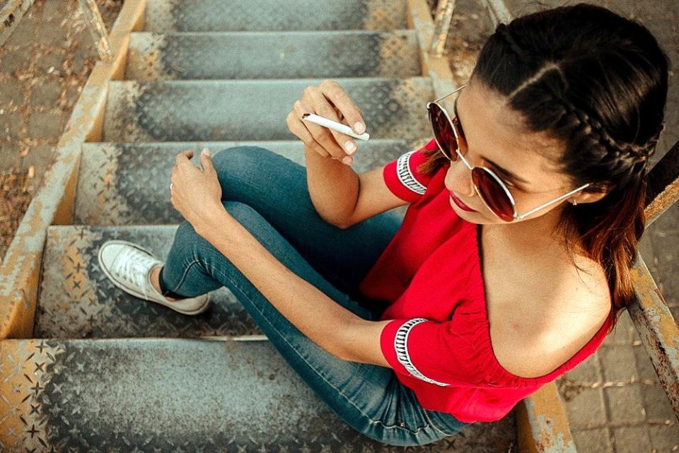 Tânără care fumează