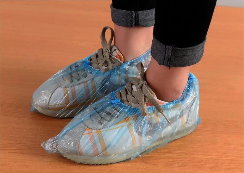1 leu va costa perechea de papuci de plastic la SPitalul Județean Suceava. FOTO: Aliexpress.com