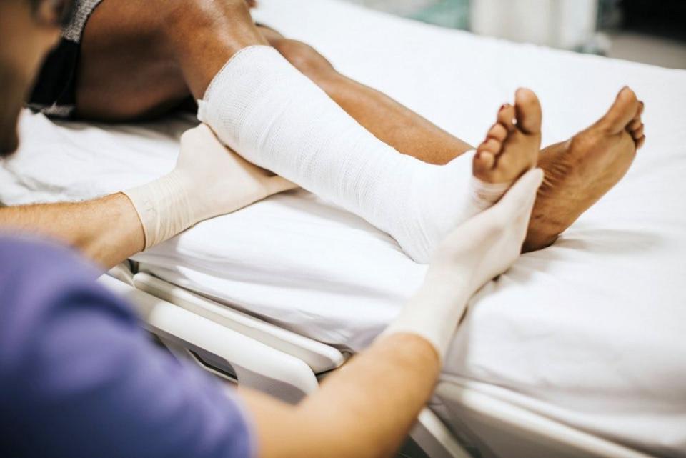 O leziune la tendonul lui Ahile, din spatele gleznei, poate fi extrem de dureroasă și de periculoasă