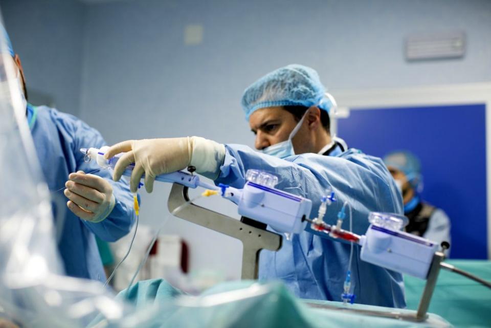 Chirurgii i-au reparat doua valve simultan, fără bisturiu, într-o operație premieră națională