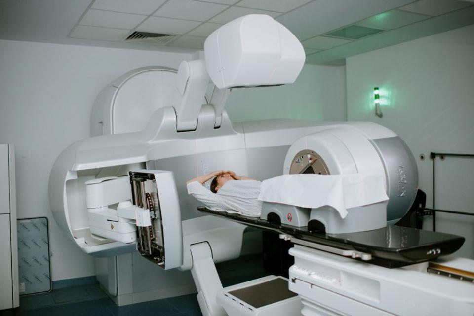 Aparatul de radioterapie poate fi poziționat în jurul pacientului astfel încât fasciculul să atingă exact zona dorită. FOTO: SANADOR;