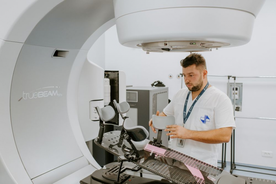 Aparatul de radioterapie se ajustează în funcție organismul pacientului și de zona care trebuie iradiată. FOTO: SANADOR