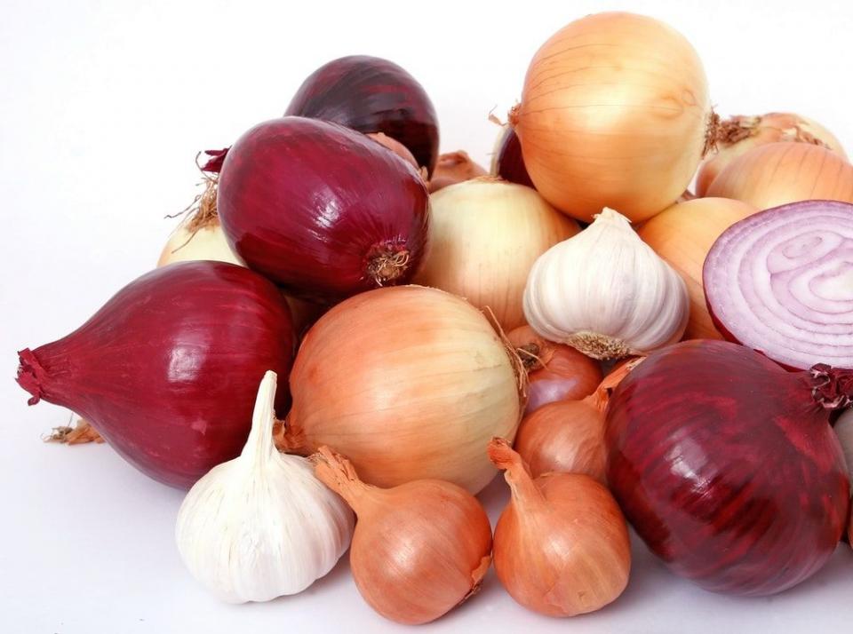 Consumul de usturoi, praz si ceapa scade masiv riscul de cancer colorectal
