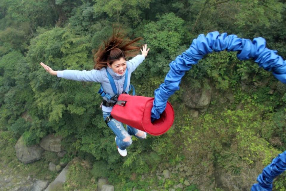 Cu o secundă înainte să faci un salt legat cu o coardă de bungee jumping, creierul tău dă comanda