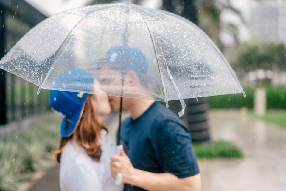 Mononucleoza se transite cel mai adesea prin sărut, pentru că virusul trăiește în salivă