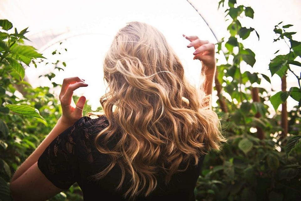 Un păr sănătos și puternic se ține cu o dietă echilibrată