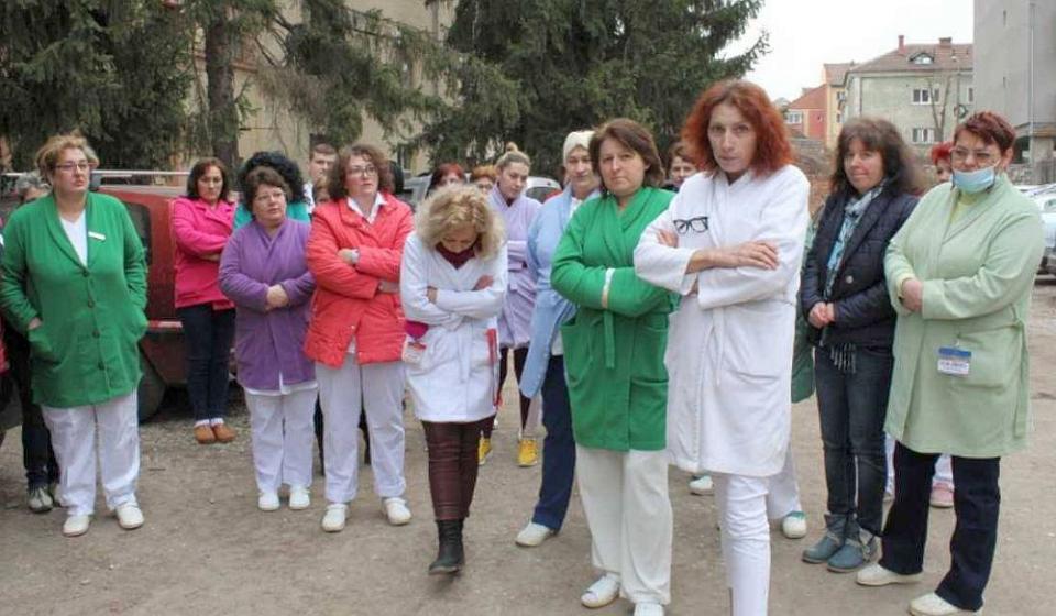 Zeci de angajați au protestat în fața Spitalului Județean Reșița. Foto: SANITAS
