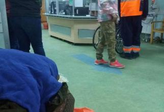 În afară de câțiva pacienți, care așteptau și ei, nimeni nu s-a apropiat de bătrână ore în șir. Foro: Facebook