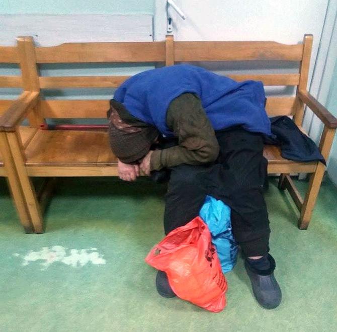 Bătrâna a stat ore în șir răsturnată pe banca din sala de așteptare de la Urgența Spitalului Județean Ploiești. Foto: Facebook