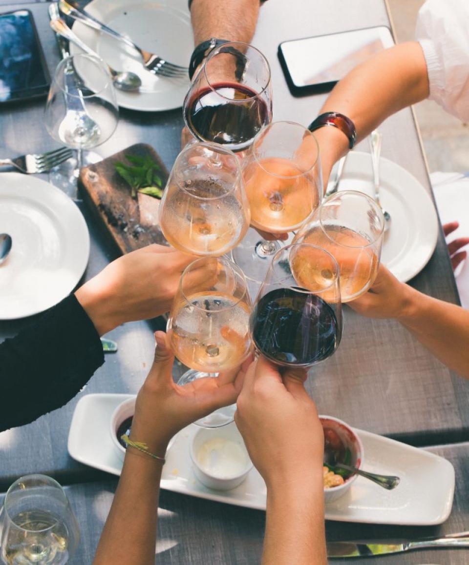 Consumul unei sticle de vin pe săptămână e egal cu fumatul până-n 10 țigări, susține un studiu