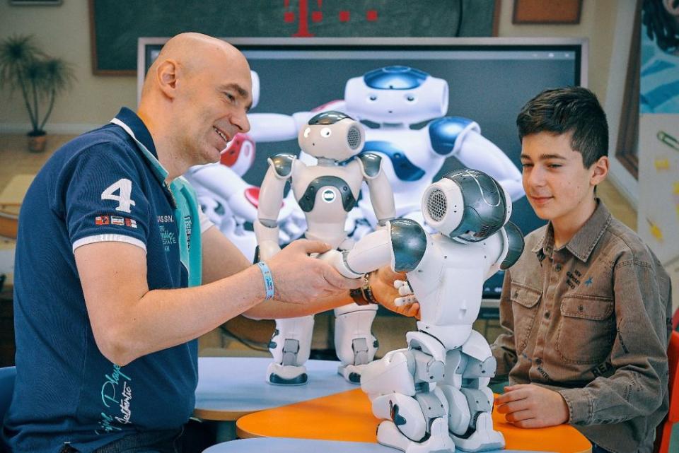 Robotul Nao ajută copiii cu autism să interacționeze mai bine în sesiunile de terapie
