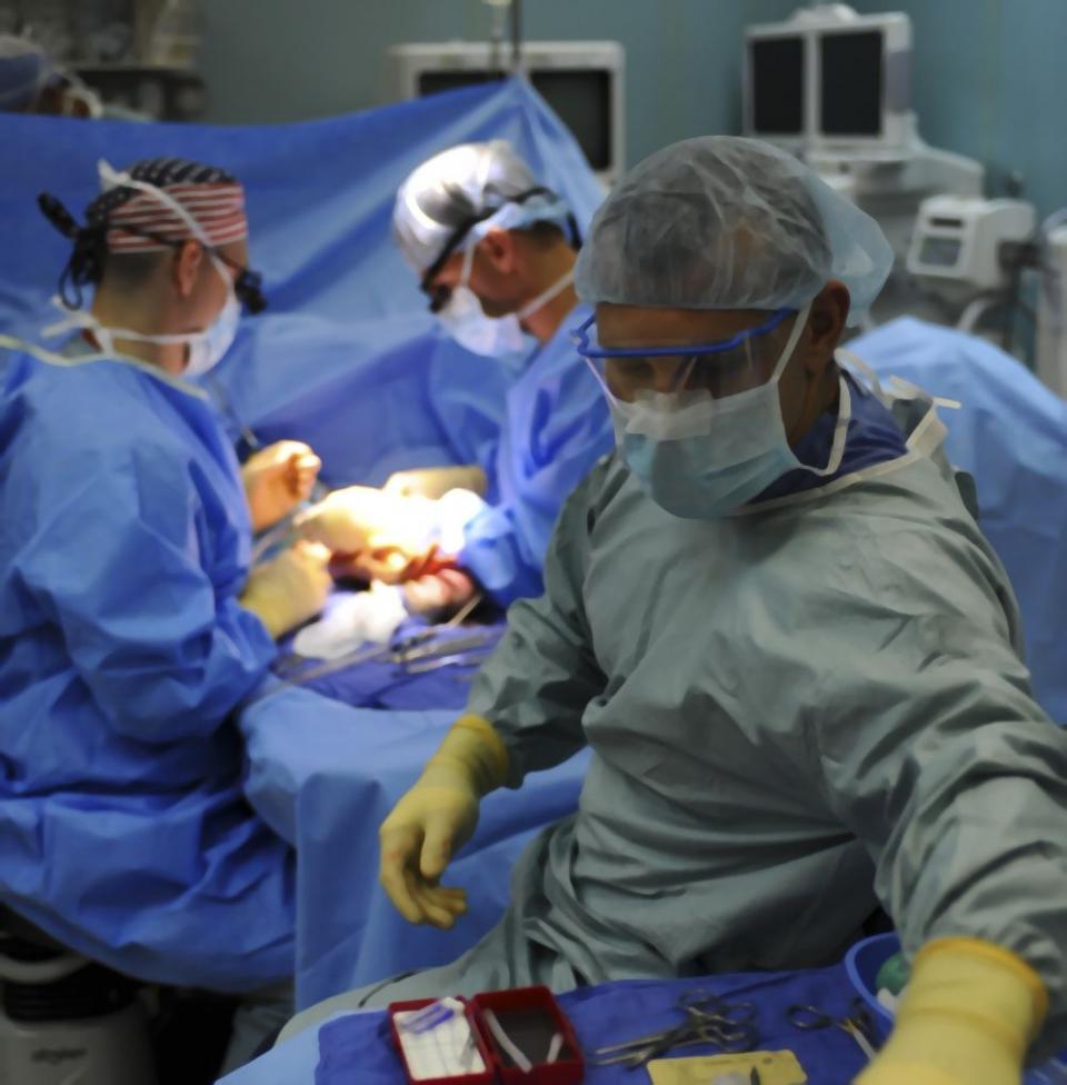 Chirurgii au reușit să scoată din pieptul pacientului o tumoră care extinsese din plămân în inimă și care era aproape inoperabilă