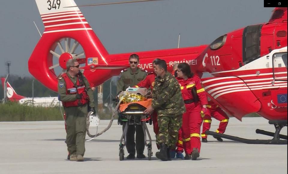 Pacienta a fost transferată din elicopter în avionul militar care a dus-o în Belgia