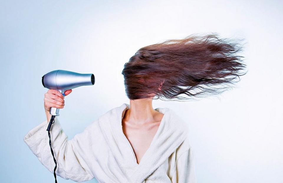 Cade părul? Câteodată e direct vina ta!
