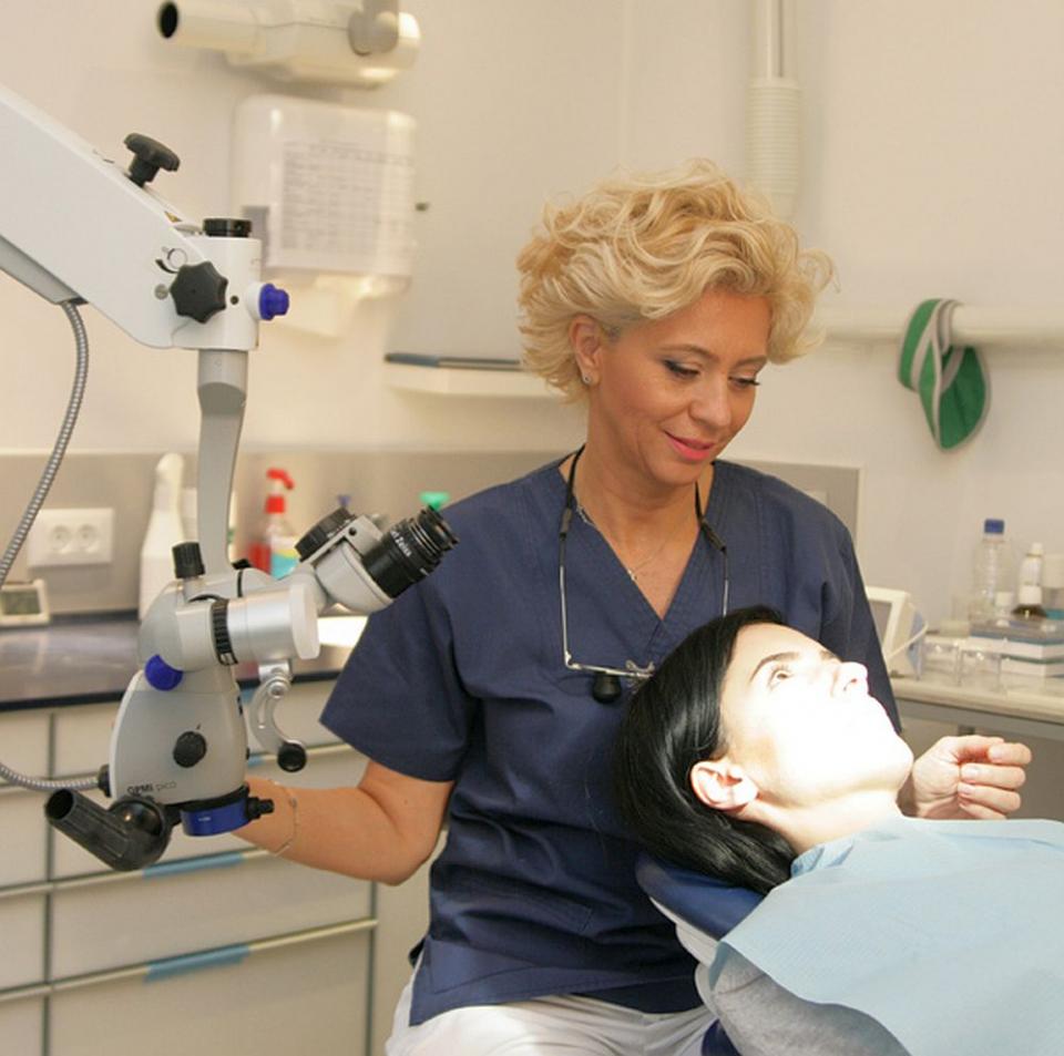 Medicul stomatolog Anca Vereanu spune că sunt mai multe cauze care pot duce la inflamarea și sângerarea gingiilor