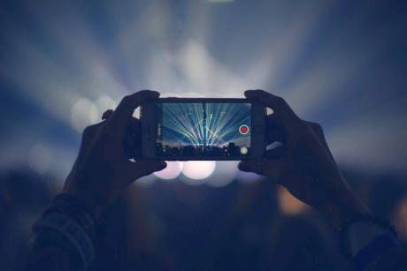 Somnul adolescenților este afectat de luina albastră a ecranelor, seara