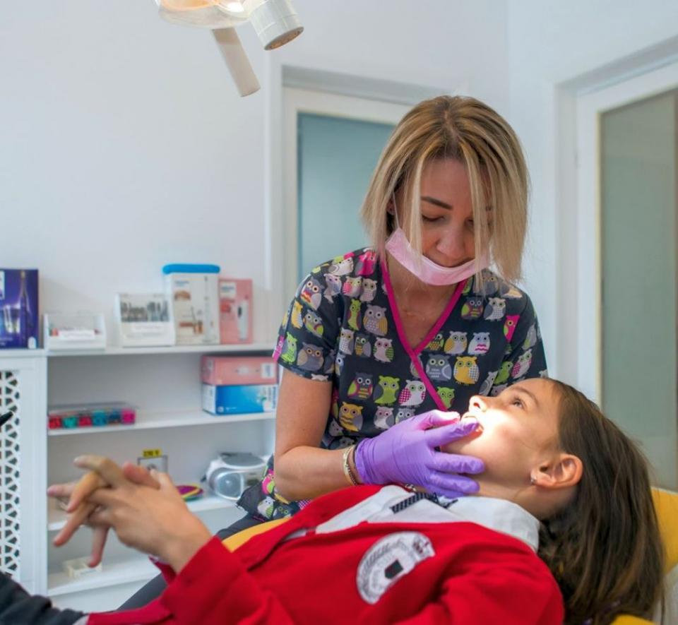 Și adulții, nu doar copiii, pot purta aparat dentar pentru corectarea unor probleme