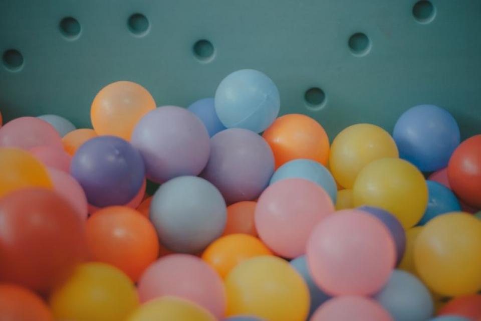 Locurile de joacă cu mingi colorate sunt pline de microbi, susține un studiu  FOTO: pexels.com