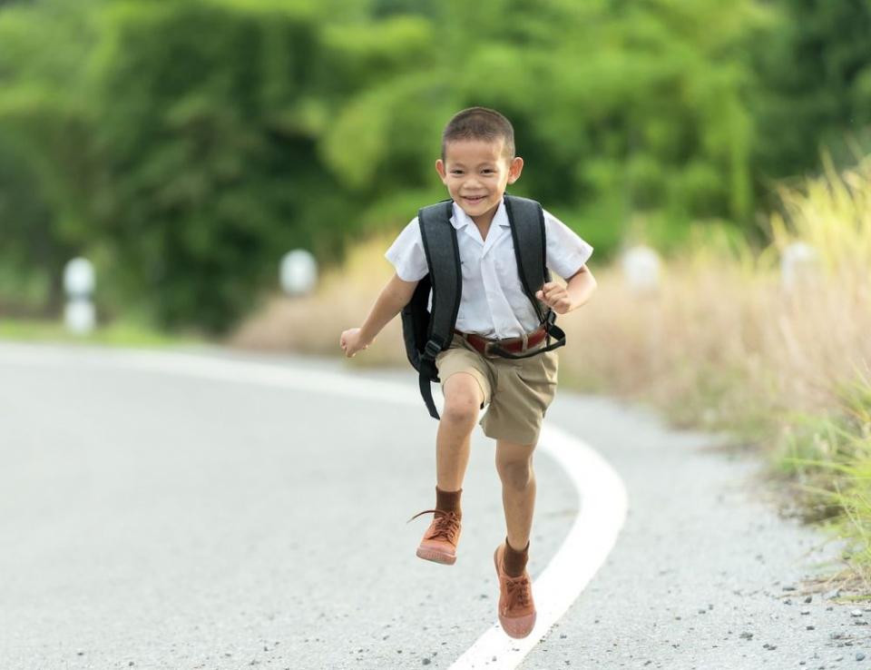 Vrei să scazi riscul de obezitate al copilului tău? Trimite-l la școală pe jos!